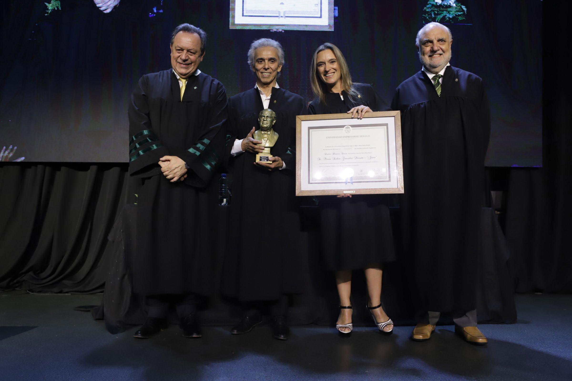 Jairo recibió el título de Doctor Honoris Causa de la Universidad Siglo 21