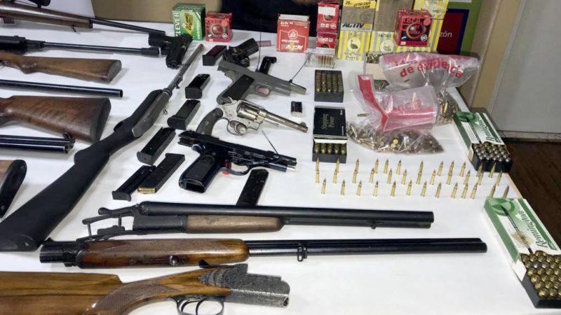 Lo denunciaron por amenazar con un arma a un hombre tras una discusión de tránsito: la Policía le allanó dos casas y encontró un arsenal y casi 2500 municiones
